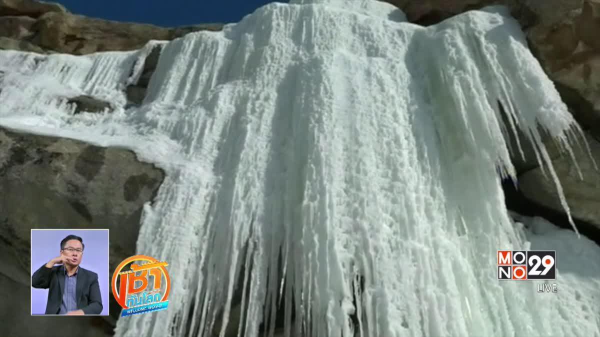น้ำตกที่กลายเป็นน้ำแข็งในจีนเริ่มละลาย