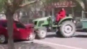 โหดมาก ชาวไร่สุดฉุน รถเก๋งจอดผิดที่ ใช้แทรกเตอร์ลากอัดต้นไม้ (ชมคลิป)