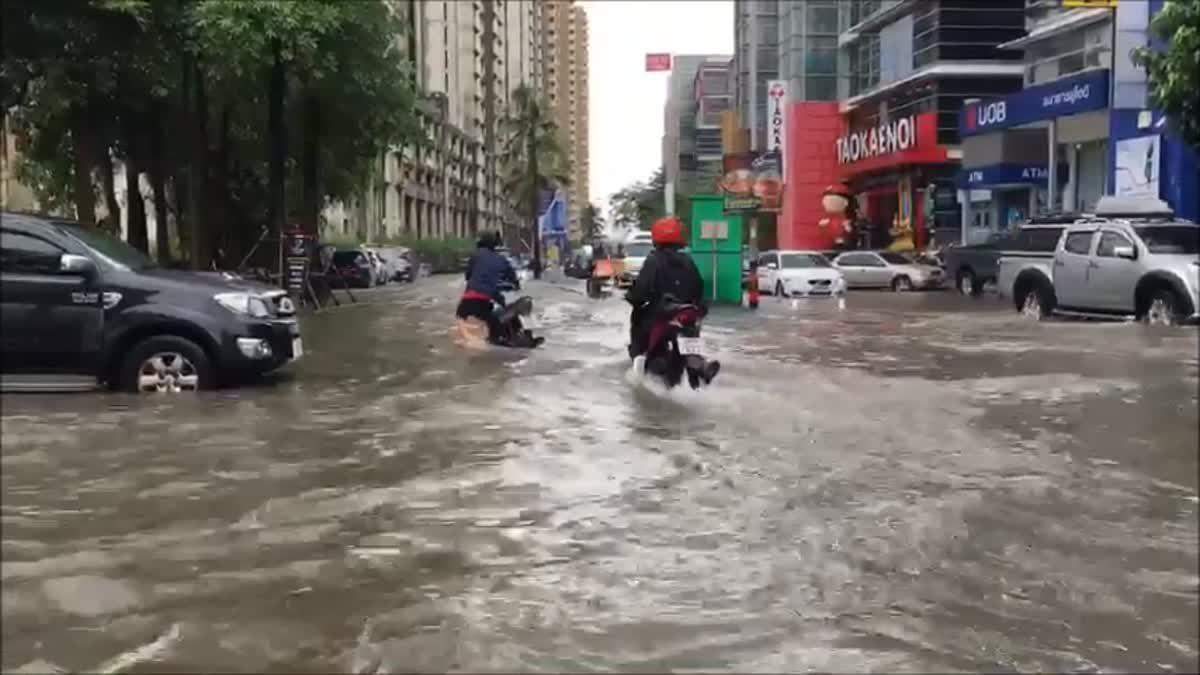 ฝนตกหนัก! น้ำท่วมถนนแจ้งวัฒนะและเมืองทองธานี