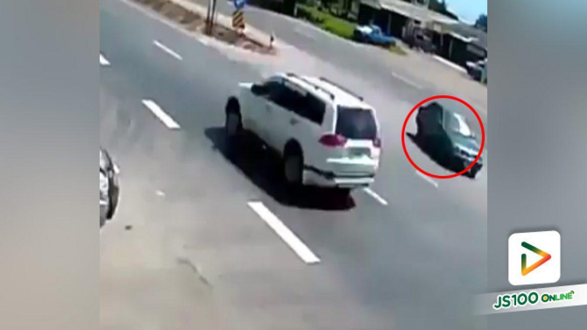 คลิปอุบัติเหตุระหว่างรถยนต์ปะทะกับรถมอเตอร์ไซค์บิ๊กไบค์ คนขับตัวปลิวกระแทกถนนอย่างแรง (17-10-2561)