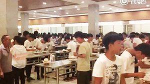 โรงเรียนมัธยมจีน เอาเก้าอี้ออกจากโรงอาหาร กระตุ้นให้ใช้เวลากินข้าวน้อยลง