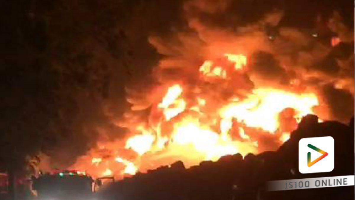 ไฟไหม้กองยางรถยนต์เก่ากลางทุ่งนา ในเขต อ.บางไทร จ.พระนครศรีอยุธยา รถดับเพลิง 10 คัน ระดมฉีดน้ำดับแล้ว (15-02-61)