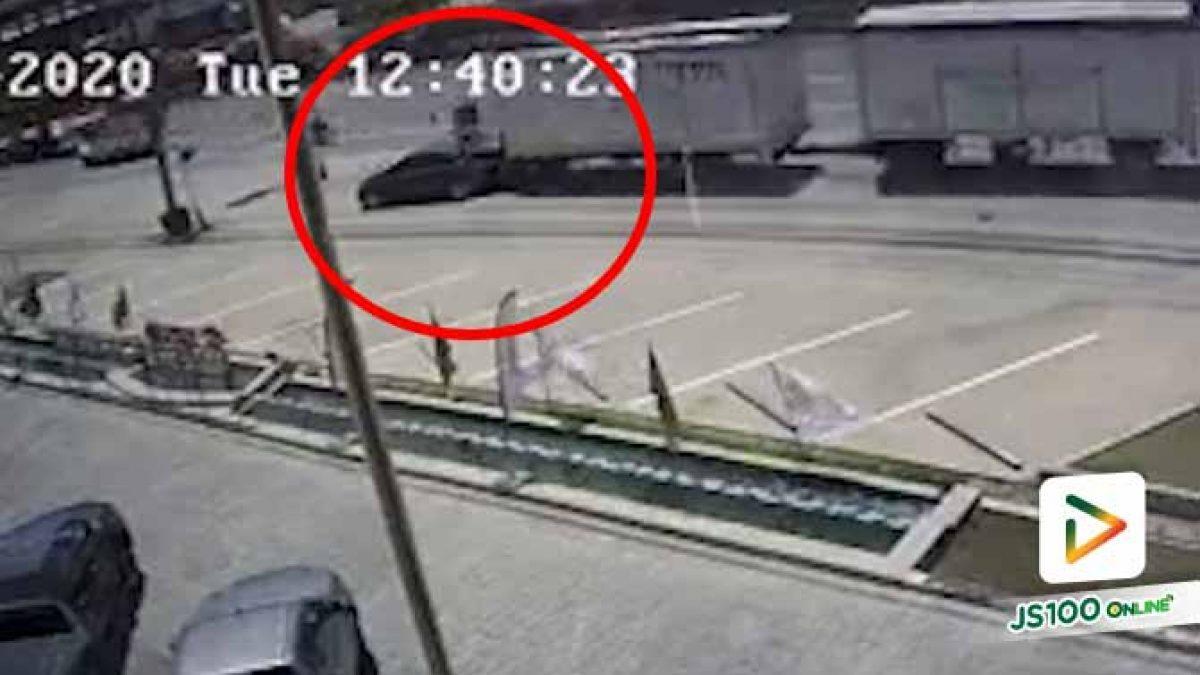 รถบรรทุกวูบพุ่งชนท้ายเก๋งข้างทางอย่างรุนแรง คนขับเก๋งรอดหวุดหวิด
