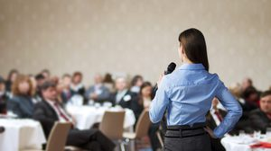 5 เทคนิค ที่จะทำให้พูดในที่สาธารณะ ได้อย่างมั่นใจ