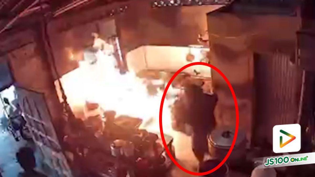 แก๊สหุงต้ม 2 ถังระเบิด แม่ครัวมีสติ + ลูกชายเข้ามาช่วย ก่อนดับไฟได้ทัน รอดหวุดหวิด (06/08/2021)