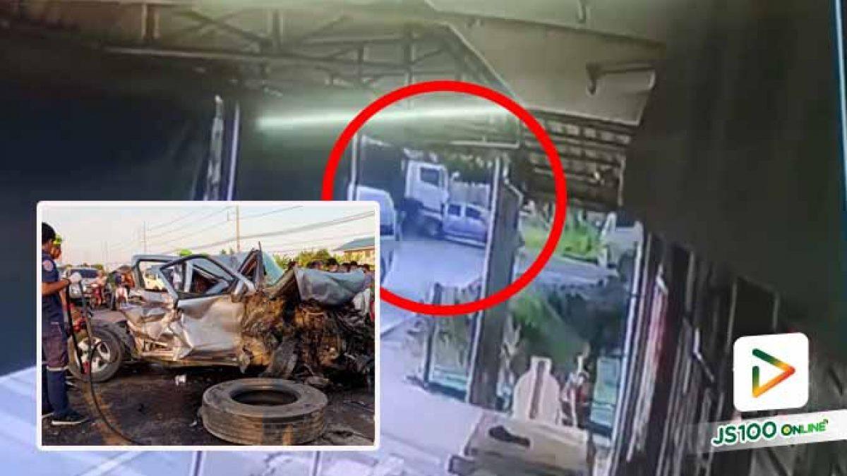 นาที! รถบรรทุกพุ่งชนท้ายปิคอัพอย่างรุนแรง สภาพรถพังยับทั้งคัน บาดเจ็บ 2 คน