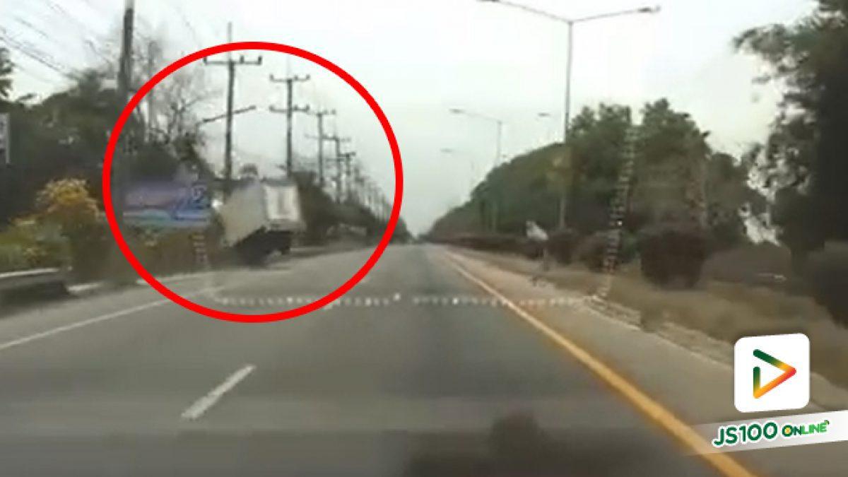 ปิคอัพหลับใน ก่อนเสียหลักพุ่งชนเสาไฟฟ้าเต็มแรง คนขับบาดเจ็บ