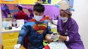 ไอเดียเริ่ด! ทันตแพทย์หนุ่ม แต่งชุดซุปเปอร์ฮีโร่ รักษาฟันให้เด็ก