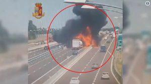 สยอง! รถขนน้ำมันชนรถบรรทุกที่อิตาลี ก่อนจะระเบิดไฟลุกท่วมคลอกคนเสียชีวิต 2 ราย