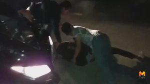 นาทีระทึก! ตำรวจ-ทหาร ช่วยกันรวบตัวพ่อค้ายาบ้า หลังนำยามาส่งให้กับสายลับ