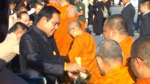 นายกรัฐมนตรี นำประชาชนร่วมทำบุญตักบาตรพระสงฆ์ 89 รูปเปิดตลาดกรุงศรี