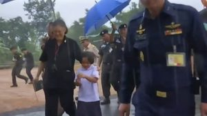 ภาพสุดปลื้มปีติ! พระเทพฯ ทรงโอบเด็กหญิงเข้าร่ม เพื่อหลบฝน