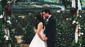 สวยราวเทพนิยาย! คู่รักจัดงานแต่งงานในฟาร์มต้นคริสต์มาส สวยงามจริงๆ