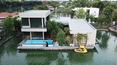 งบ 5.5 ล้านบ. สร้าง บ้านเดี่ยวสองชั้น แนวโมเดิร์นรูปตัวยูกลางน้ำด้วยตัวเอง