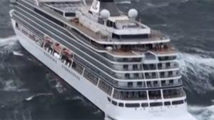 คลิประทึกเรือสำราญขนาดใหญ่ ถูกคลื่นซัดขณะลอยลำอยู่กลางทะเล