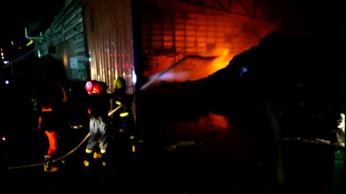ไฟไหม้โรงงานคัดแยกขยะรีไซเคิล โชคดีไร้เจ็บตายคาดไฟฟ้าลัดวงจร