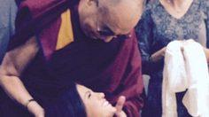 เซเลน่า โกเมซ งานงอก จีนเล็งแบนคอนเสิร์ต เซ่นภาพถ่ายกับ ดาไล ลามะ