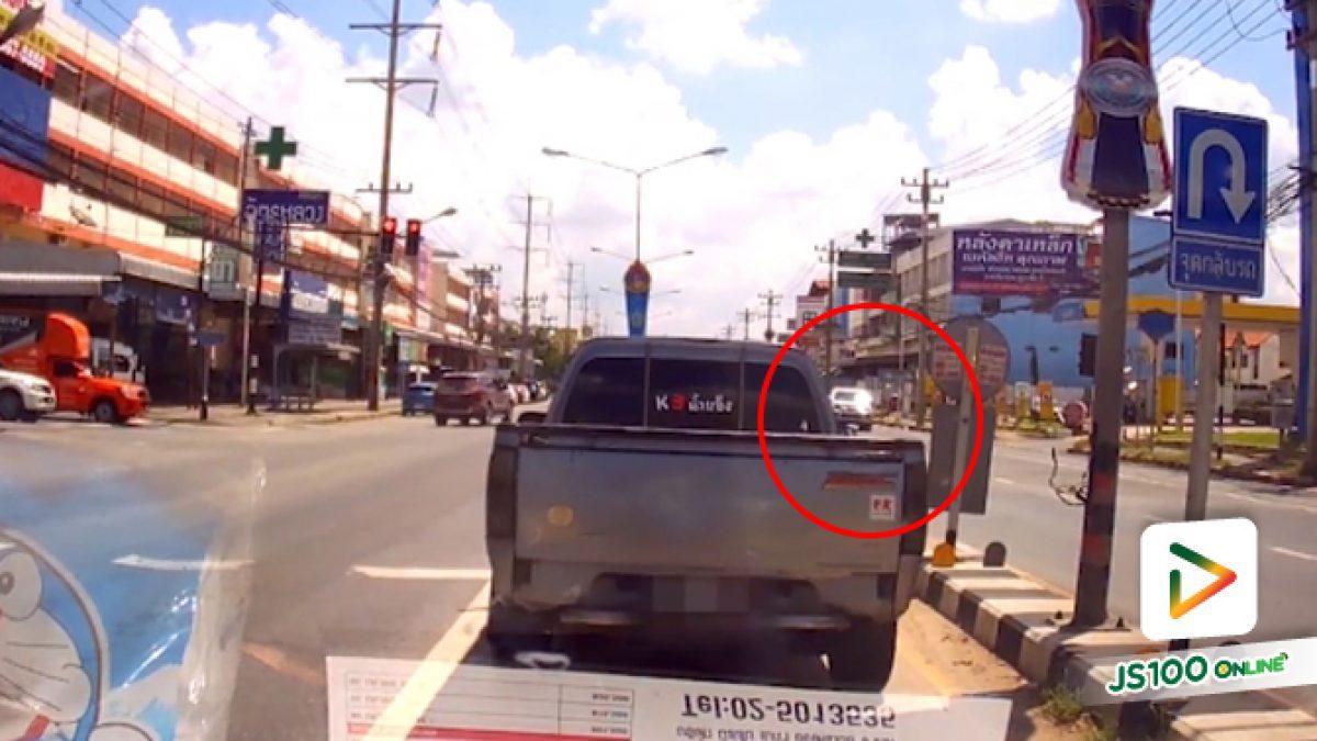 ย้อนชมคลิปอุทาหรณ์คลิปนาทีกระบะพุ่งชนกับจยย.จนเสียหลักชนเกาะกลางถนน (25-09-61)