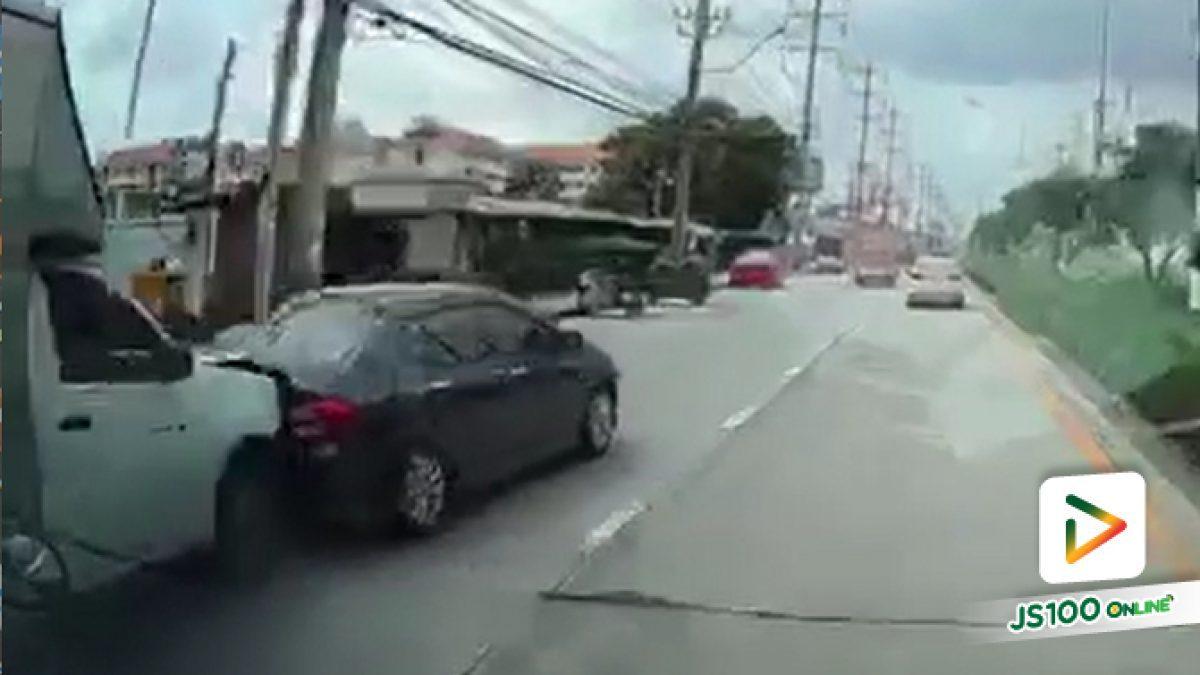 รถปิคอัพตู้ทึบมาด้วยความเร็ว พุ่งชนท้ายรถเก๋ง และเสียหลักไปชนรถจยย.พ่วงข้างที่จอดอยู่ข้างทาง มีผู้เสียชีวิต 1 คน และบาดเจ็บ 4 คน