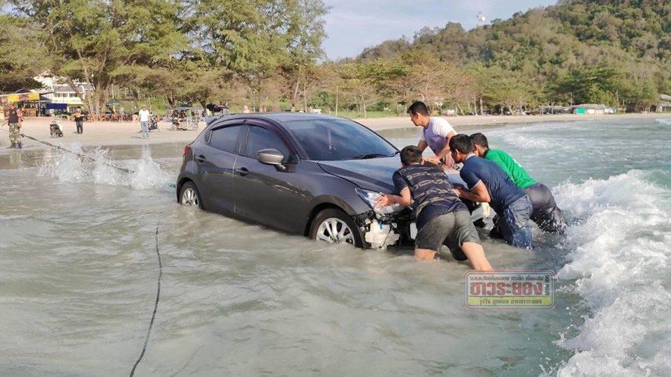 กู้ภัยรุดช่วย สาวง่วงนอนขับรถตกทะเล
