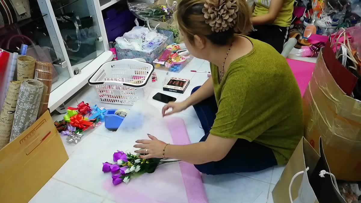 เอาใจสาวๆ!! ช่อดอกไม้พร้อมเซ็ตเครื่องสำอาง ในวันวาเลนไทน์