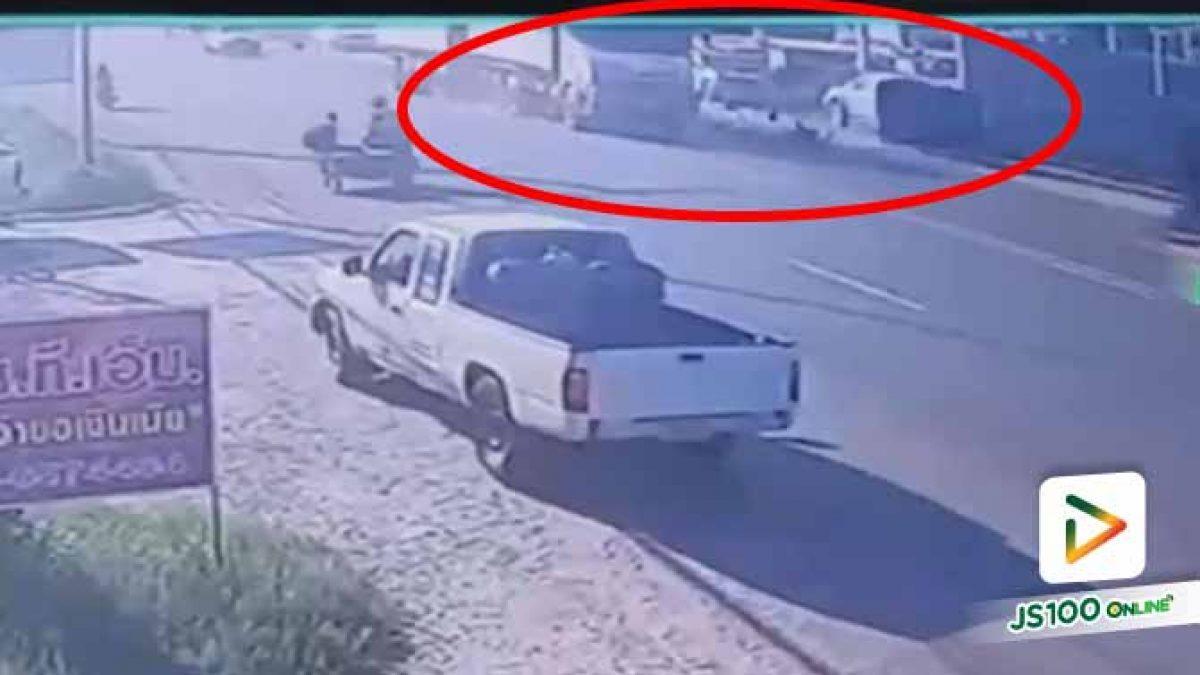 รถอีแต๋นชะลอหวังข้ามถนน ถูกรถบรรทุกซิ่งชนท้ายเต็มแรง เสียชีวิต 1 คน บาดเจ็บ 2 คน (03/12/2020)