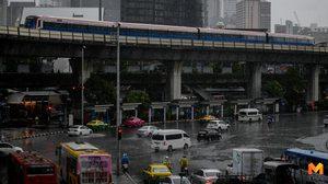 มาตามนัด!! ฝนตกน้ำท่วมขัง ประชาชนเดินลุยน้ำ
