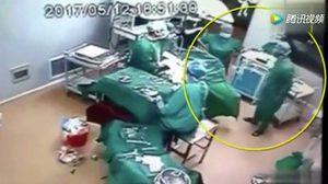 คลิปหมอจีน เปิดฉากต่อยกันในห้องผ่าตัด