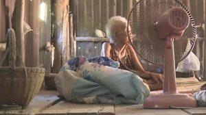 สุดเวทนา! ยายวัย 90 ถูกทิ้งให้อยู่คนเดียวในบ้านผุพัง