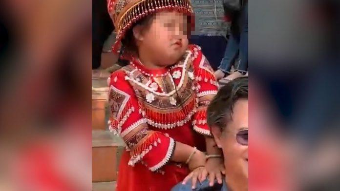 ดรามา! เด็กน้อยชาวเขา โพสต์ท่าเกินงามขณะให้บริการถ่ายรูปคู่นักท่องเที่ยว