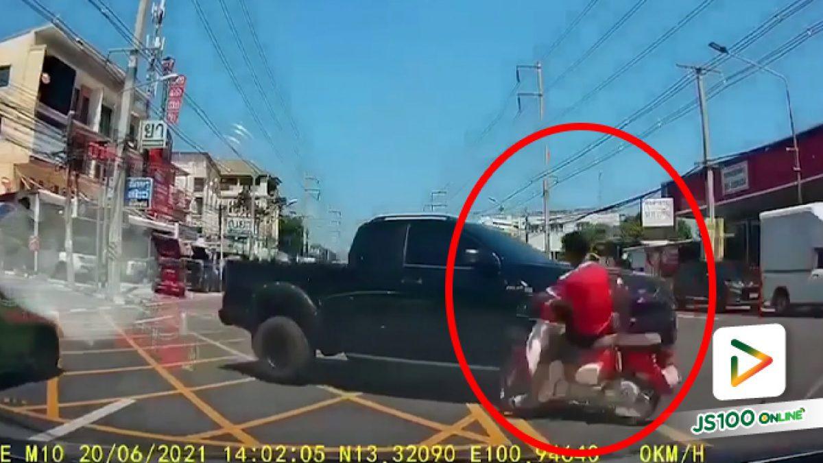 จยย.ขี่แซงขวาทับเส้นทึบ ก่อนพุ่งชนปิคอัพที่กำลังข้ามถนนกลับรถ
