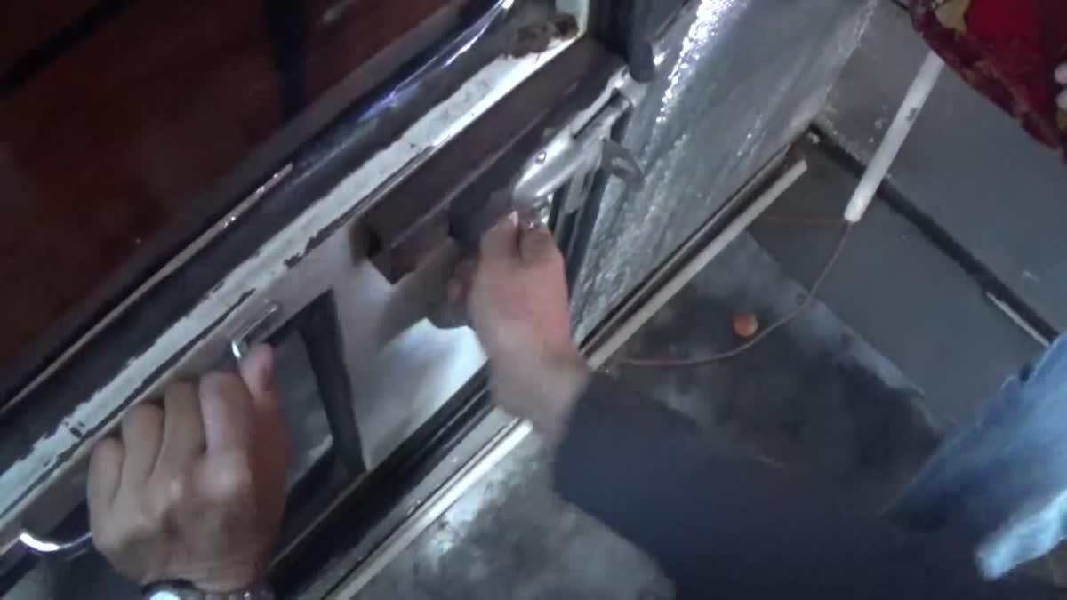อุทาหรณ์! เด็ก ป.1 ตกจากประตูฉุกเฉินรถทัวร์ ขณะรถเข้าโค้ง