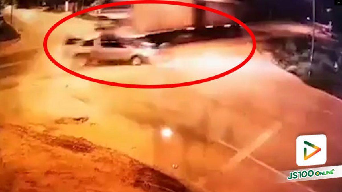 ต่างฝ่ายต่างมาเร็ว! รถบรรทุกชนปิคอัพกลางลำที่สี่แยกบ้านท่าไฮ จ.อุดรธานี เสียชีวิต 5 คน สาหัส 1 คน