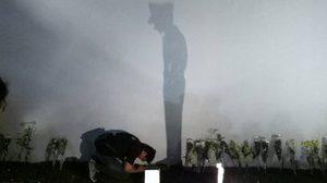 แชร์ว่อน! หนุ่มฉายแสงเป็นภาพเงา 'ในหลวง ร.9' บนกำแพงพระบรมมหาราชวัง