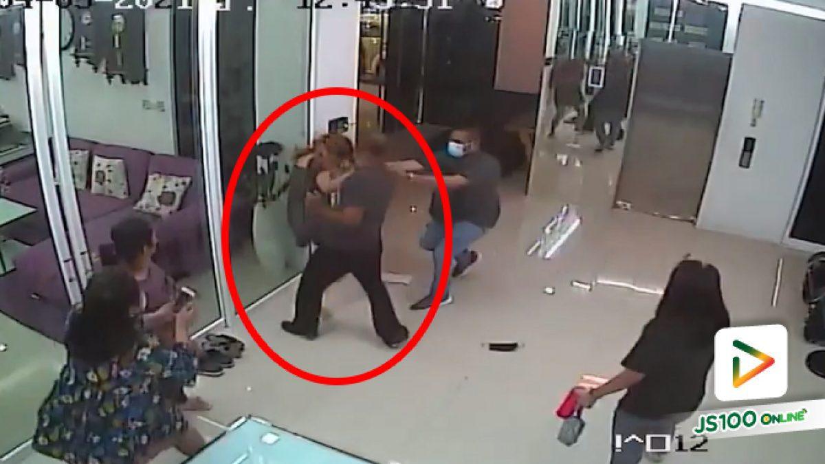 รับผิดแล้ว! ผู้ใหญ่บ้านฉุนทำร้ายหญิงสาวถึงที่ทำงาน หลังแค้นลูกสาวถูกทวงเงินแสน