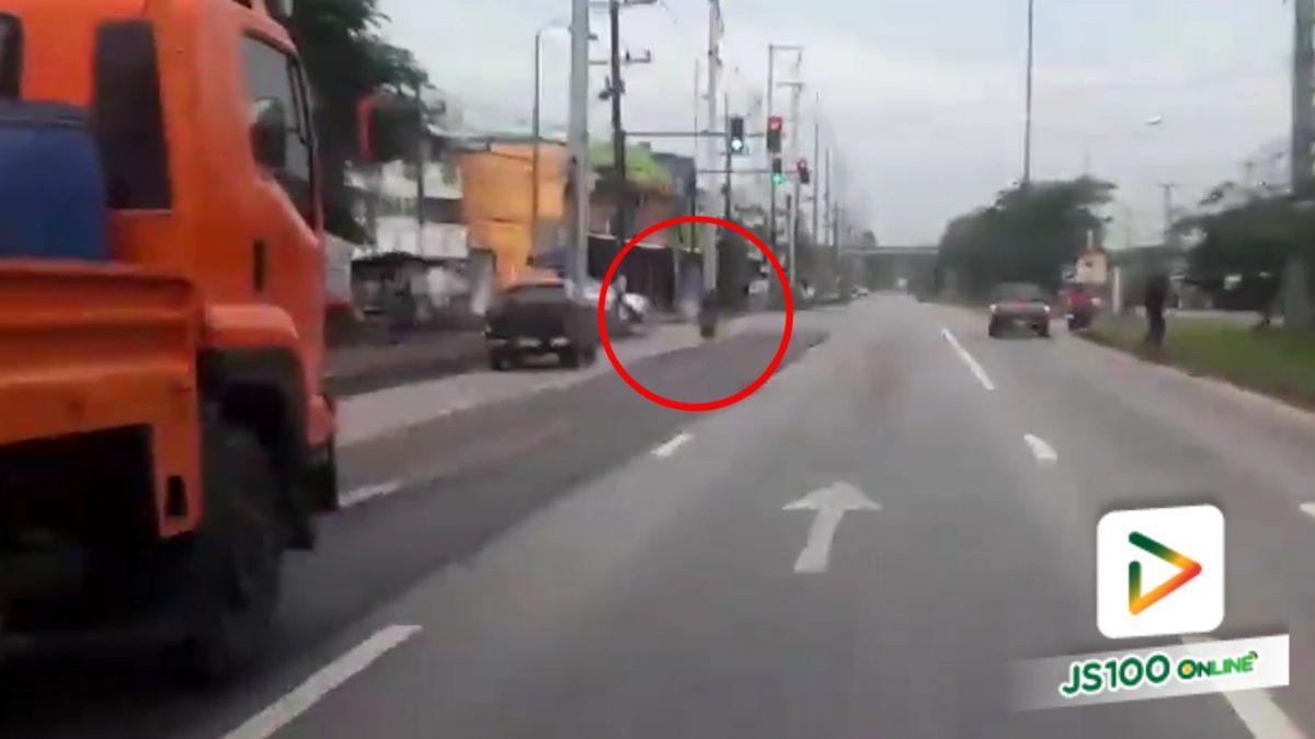 จยย.เลี้ยวตัดหน้ารถแบบนี้อันตรายนะครับ!! (12-5-61)