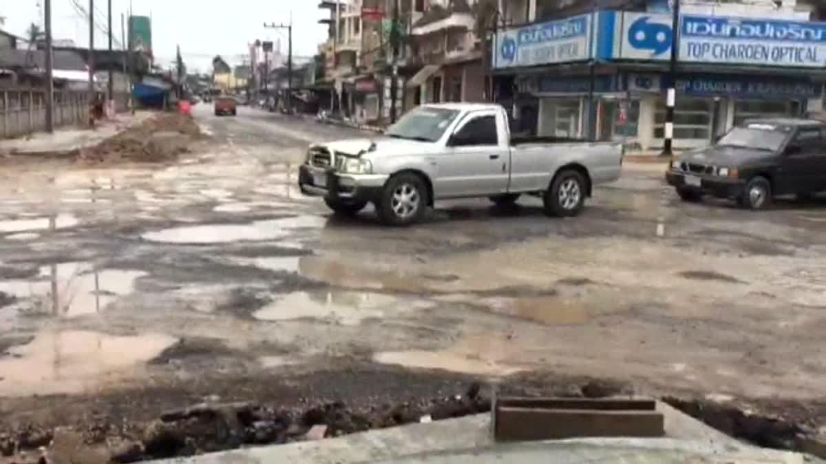ชาวบ้านโวย!! นี่ถนนหรือดาวอังคาร หลังผู้รับเหมาซ่อมถนนแต่ไม่คืบหน้า