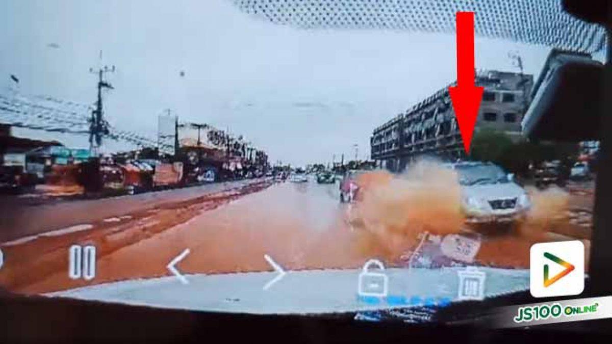 คิดแต่จะไปปาดหน้าคันอื่นไม่สนแอ่งน้ำเลย ดีรถบรรทุกไม่ชนท้าย..