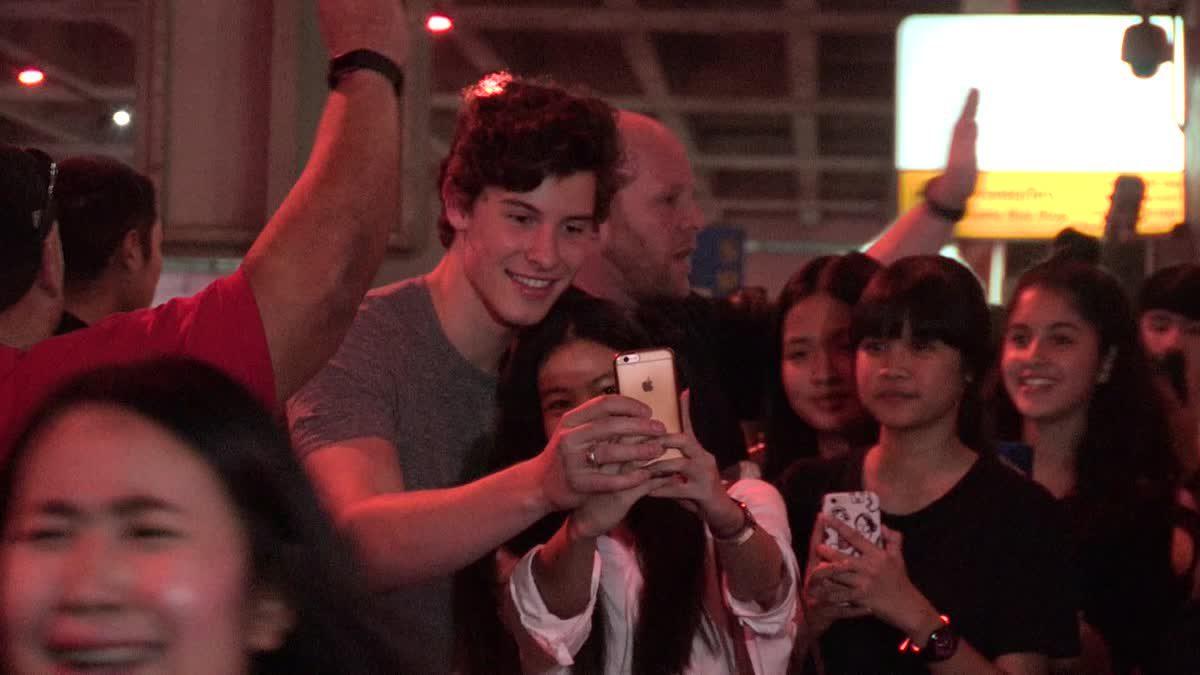 Shawn Mendes นักร้องดังระดับโลก เซลฟี่กับแฟนคลับ ใกล้ชิดระดับสิบ!!