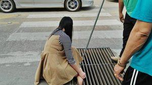 เข้าไปได้ยังไง?? ภาพกู้ภัยช่วยหญิงสาว หลังพลาดเดินตกท่อ ขาติดตะแกรงเหล็ก