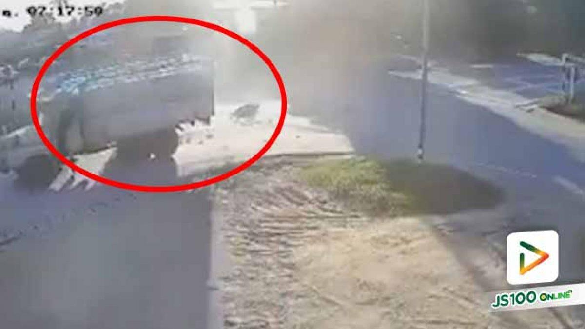 แยกวัดใจ! รปภ.หนุ่มซิ่งจยย. ก่อนพุ่งชนรถบรรทุกเต็มแรง เสียชีวิตทันที