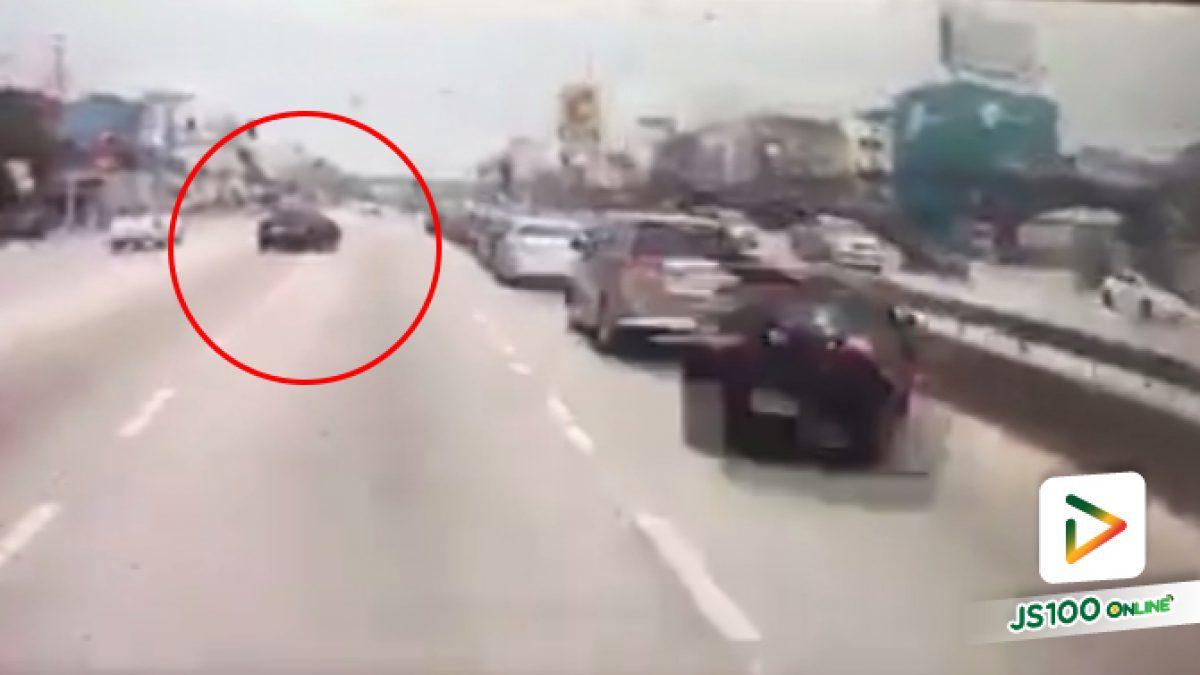 คลิปเก๋งเบี่ยงเลนชนกับรถทางตรงเต็มๆ (04-04-61)