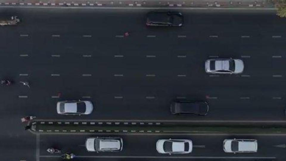 ในหลวง ทรงห่วงปชช. ขบวนเสด็จไม่ให้ปิดถนน ให้แบ่งช่องการจราจรแทน
