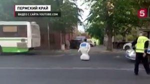 ชุลมุน ! หุ่นยนต์หลุดออกจากห้องทดลอง ป่วนถนนรถติดยาว