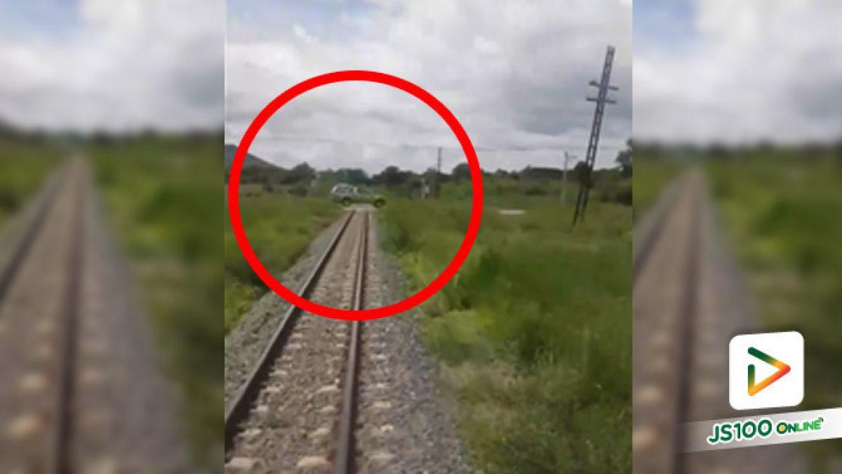 รถไฟมาส่งสัญญาณเตือนลั่น แต่คนจะไปรีบเหยียบคันเร่งฝ่าซะ