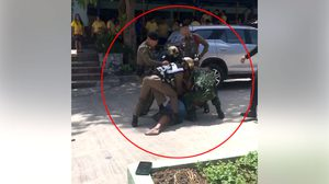 สะเทือนใจ ตร.-ทหาร บุกจับชายคนหนึ่งต่อหน้าลูกในโรงเรียน