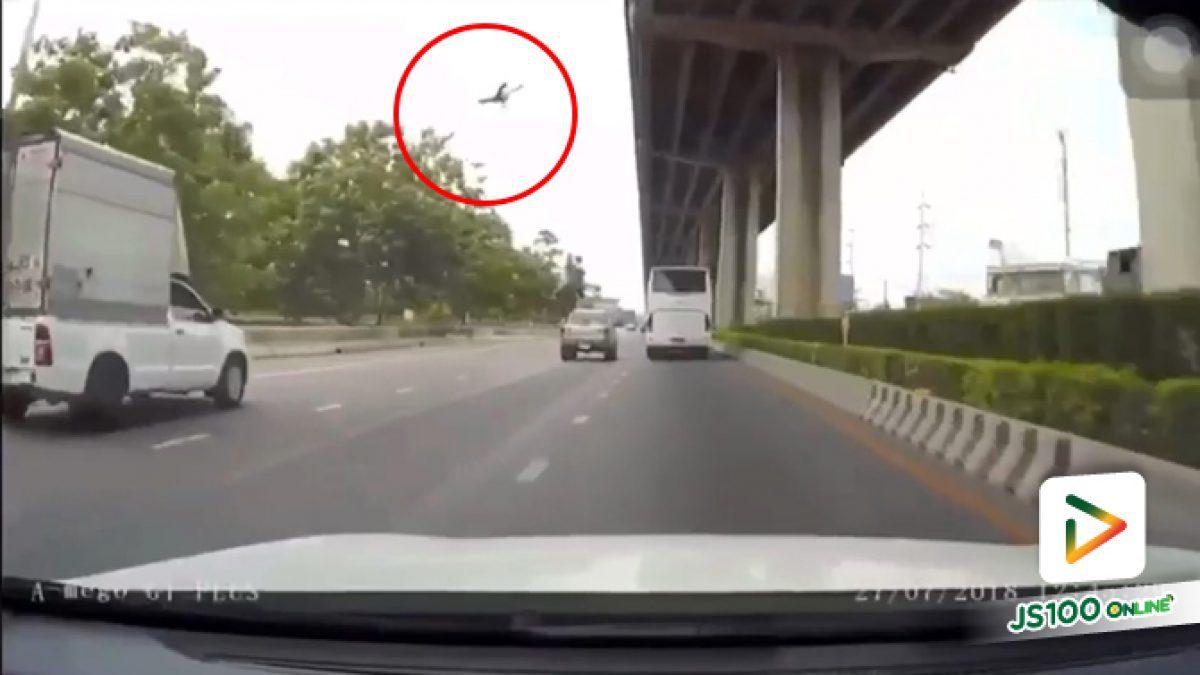 ภาพจากกล้องหน้ารถ อุบัติเหตุบนทางคู่ขนานลอยฟ้าบรมราชชนนี ชายวัย42 ปีถูกรถชนกระเด็นตกลงมาเสียชีวิต (27-07-61)