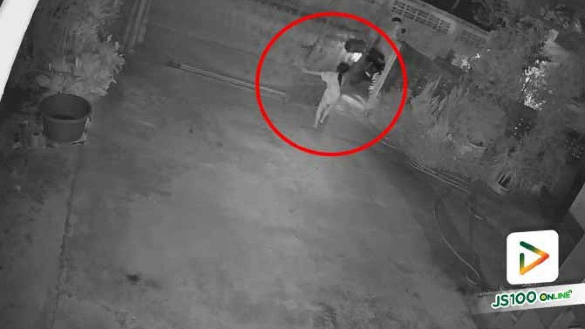 อย่าประมาท!! เด็กหญิงวัย 10 ขวบอาสาปิดประตูรั้วให้พ่อ เคราะห์ร้ายถูกล้มทับ