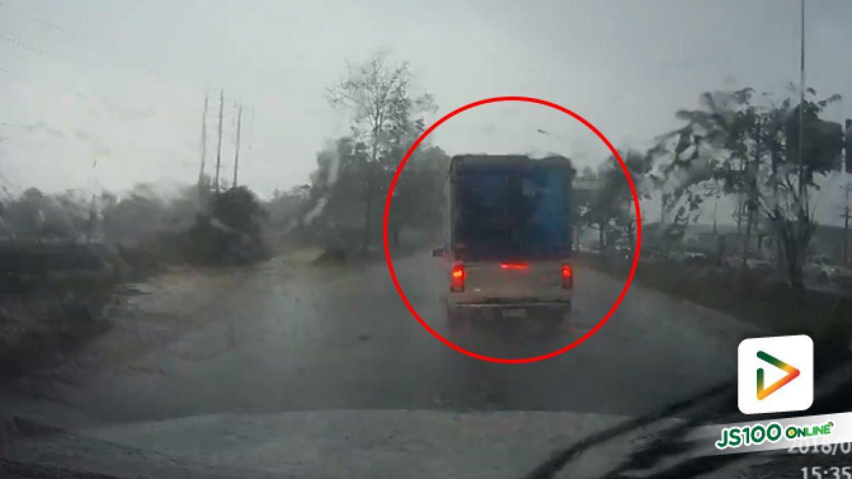 อุทาหรณ์ ฝนตกถนนลื่นรถกระบะเสียหลักลงข้างทาง (22-03-61)