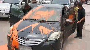 จอดรถต้องดูดีๆ เก๋งดำจอดขวางทางเข้า-ออก ถูกทุบ-ราดสีใส่เสียหาย